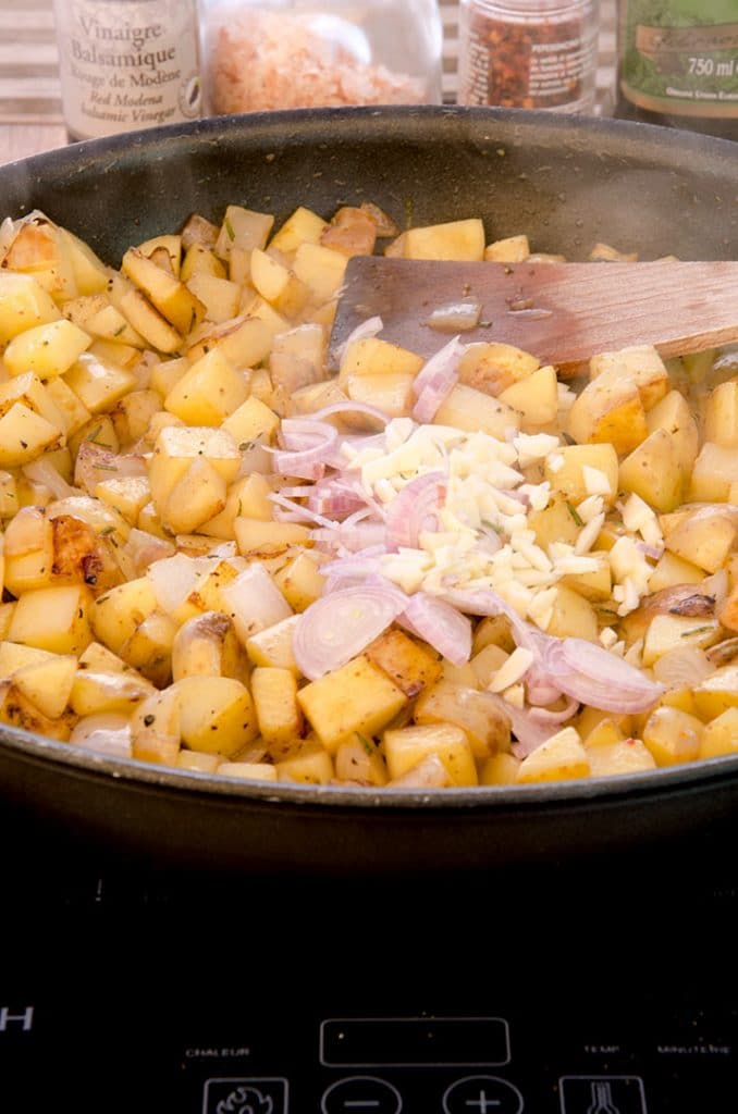 In these homemade hash browns we are going to add lots of aromatics. Onions, shallots, garlic and rosemary make it delicious.